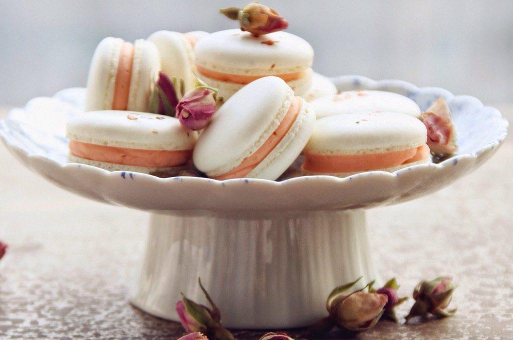 Bijeli macarons s narančom